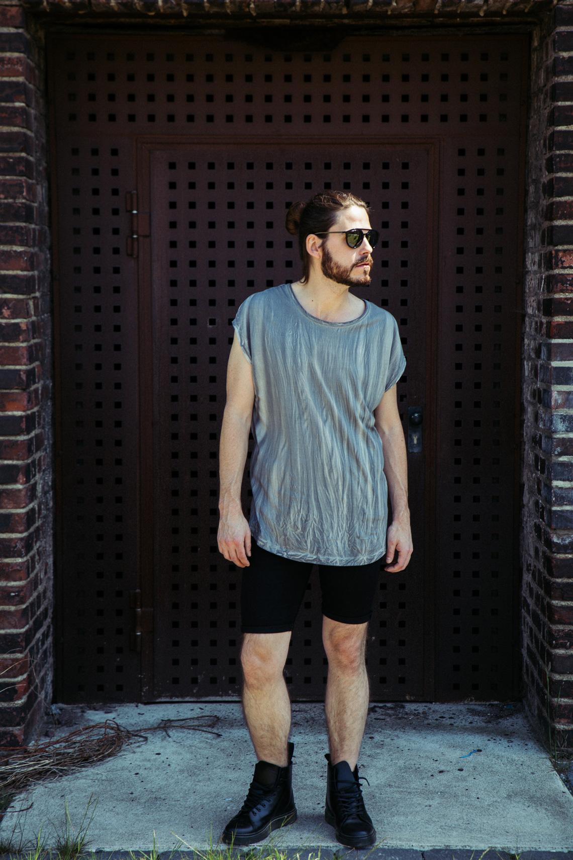 Kaisers-neue-kleider_Maennermodeblog_Male-Fashion-Style-Blog_Grunge-Outfit_Jeansshort_Docs_Fruehlingslook-Rockstar-Attitude_03