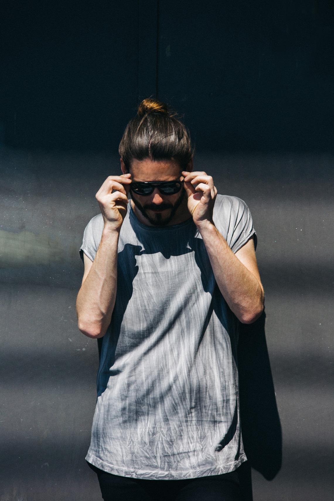 Kaisers-neue-kleider_Maennermodeblog_Male-Fashion-Style-Blog_Grunge-Outfit_Jeansshort_Docs_Fruehlingslook-Rockstar-Attitude_05