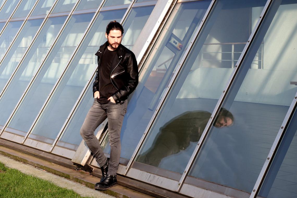 Kaisers-neue-Kleider-Malefashion-Kooples-Bikerjacke-COS-Shirt-Boots-kombiniert-Streetstyle-Malemodel-Fashion-Blog
