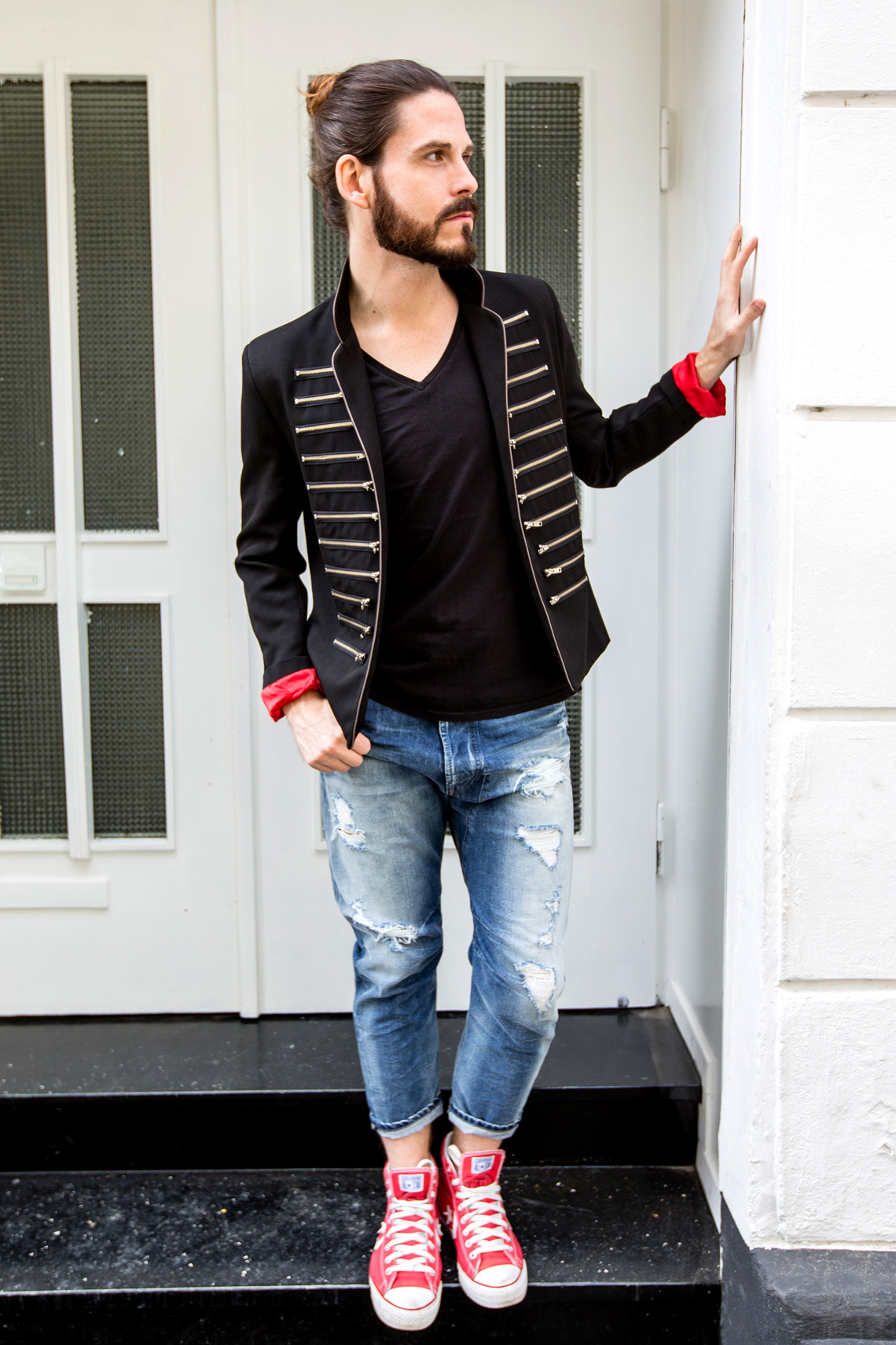 Malefashion-Blog-Kaisers-neue-Kleider-Sakko-Jeans-Chucks-Streetstyle-Manbun-Malemodel-Männermode