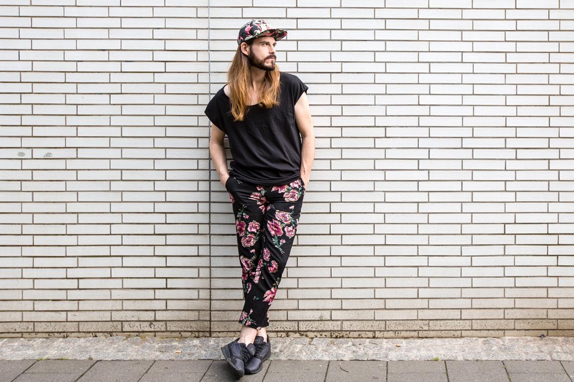 Malefashion-Blog-Kaisers-neue-Kleider-Blumenmuster-Hose-Basic-Shirt-Cappy-Sneaker-Outfit-Streetwear