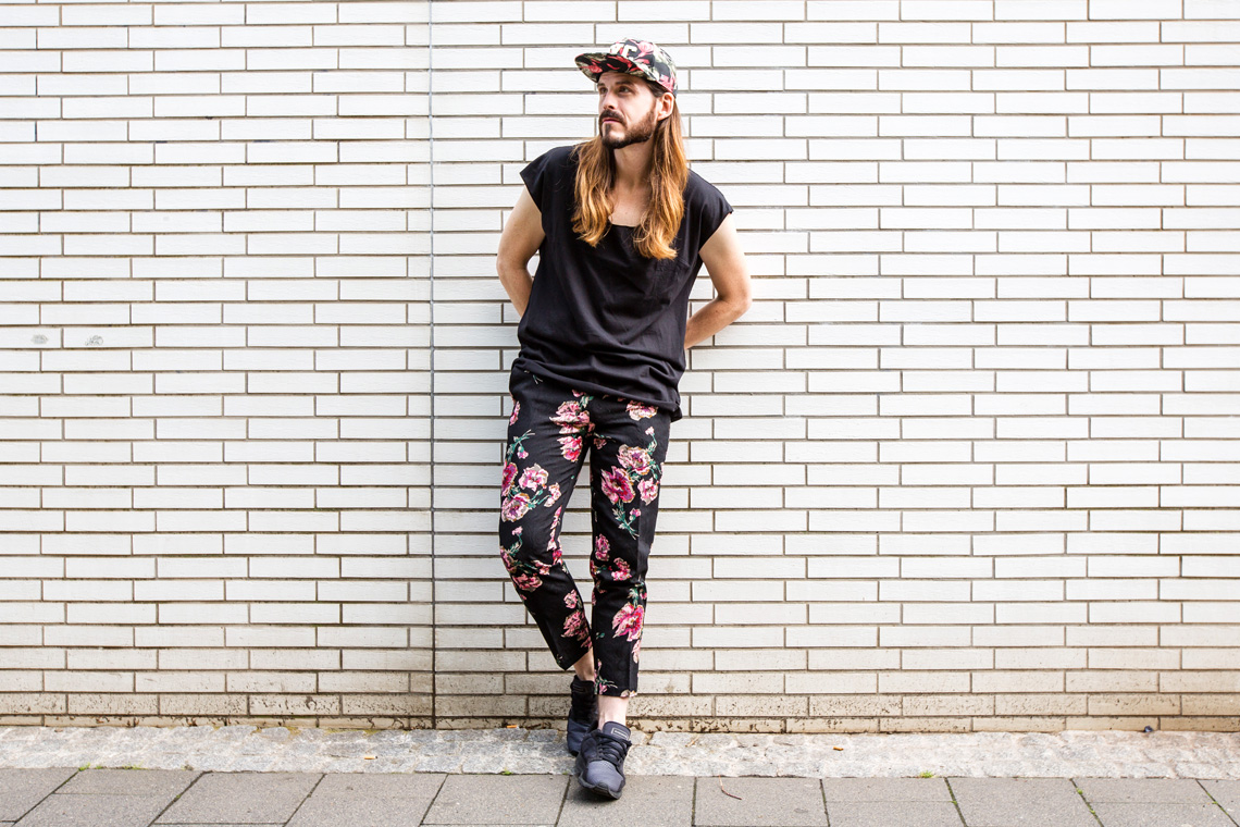 Malefashion-Blog-Kaisers-neue-Kleider-Blumenmuster-Hose-Basic-Shirt-Cappy-Sneaker-Outfit-Streetwear