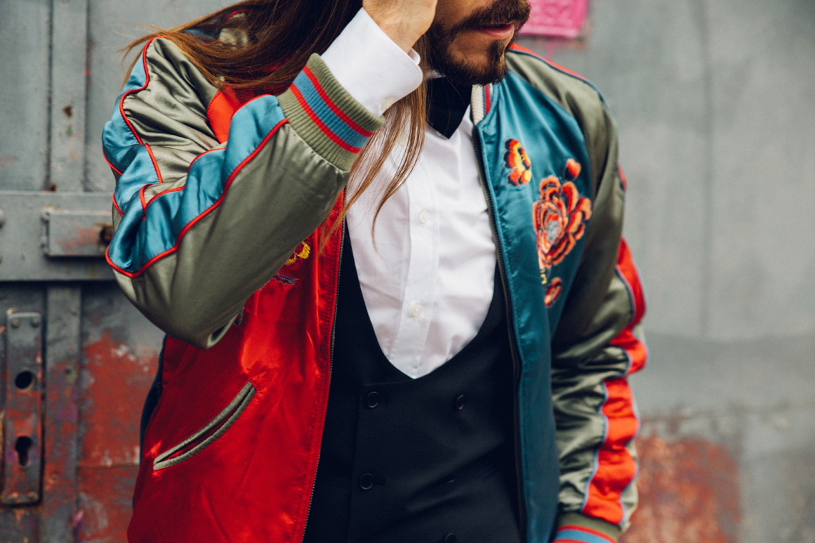 Malefashion-Blog-Kaisers-neue-Kleider-Männermode-Styling-Outfit-Bomberjacke-Stickerei-elegant-chic-kombiniert