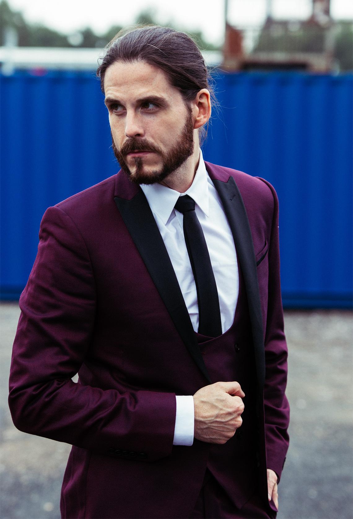 Outfit | Moderner Smoking in leuchtendem Weinrot | Kaisers neue Kleider