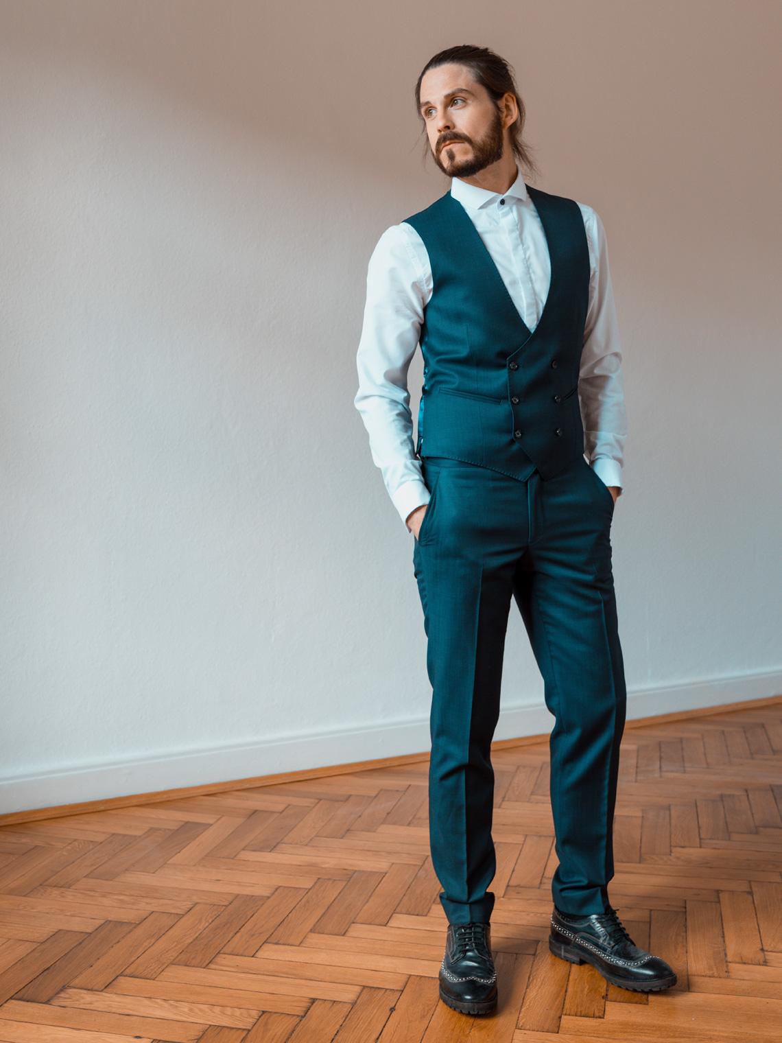 Männermodeblog-Kaisers-neue-Kleider-Anzug-Maßanfertigung-The-Bloke-Fliege-Weste-Dapper-Style