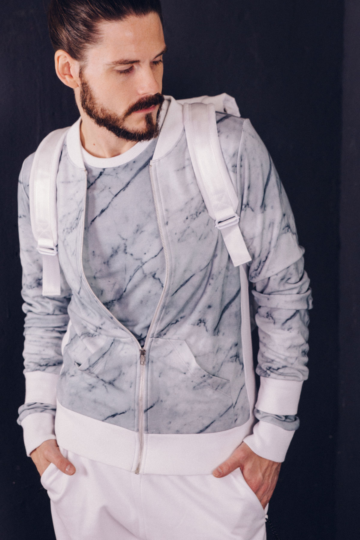 modeblog-kaisers-neue-kleider-sportlich-weiss-marmor-print-sportswear-look