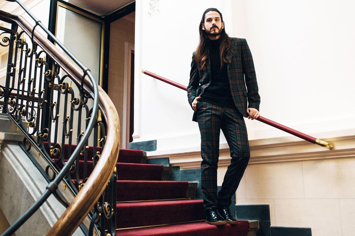 maennermodeblog-dargoh-massanzug-kariert-rollkragenpullover-anzug-sneaker-cool