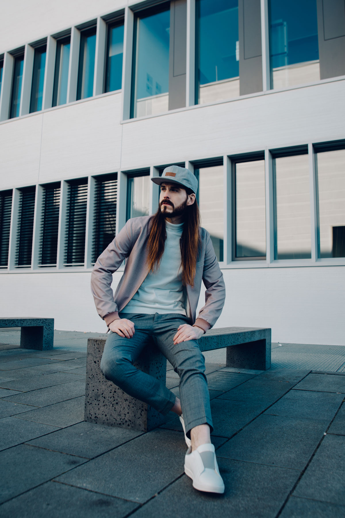 Malefashionblog-Kaisers-neue-Kleider-Influencer-Mode-Streetstyle-Bomberjacke-Pastellfarben-Fruehlingstrends-Sneaker