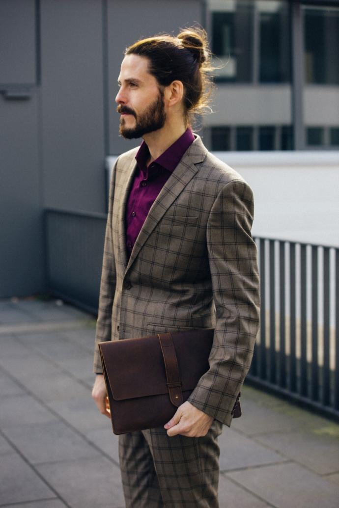 Modeblog-Maenner-Influencer-Kariert-Anzug-Becon-Berlin-Malemodel-Ledertasche-Business-Outfit
