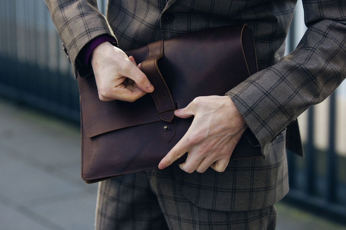 Modeblog-Maenner-Influencer-Kariert-Anzug-Becon-Berlin-Malemodel-Ledertasche-Business-Outfit