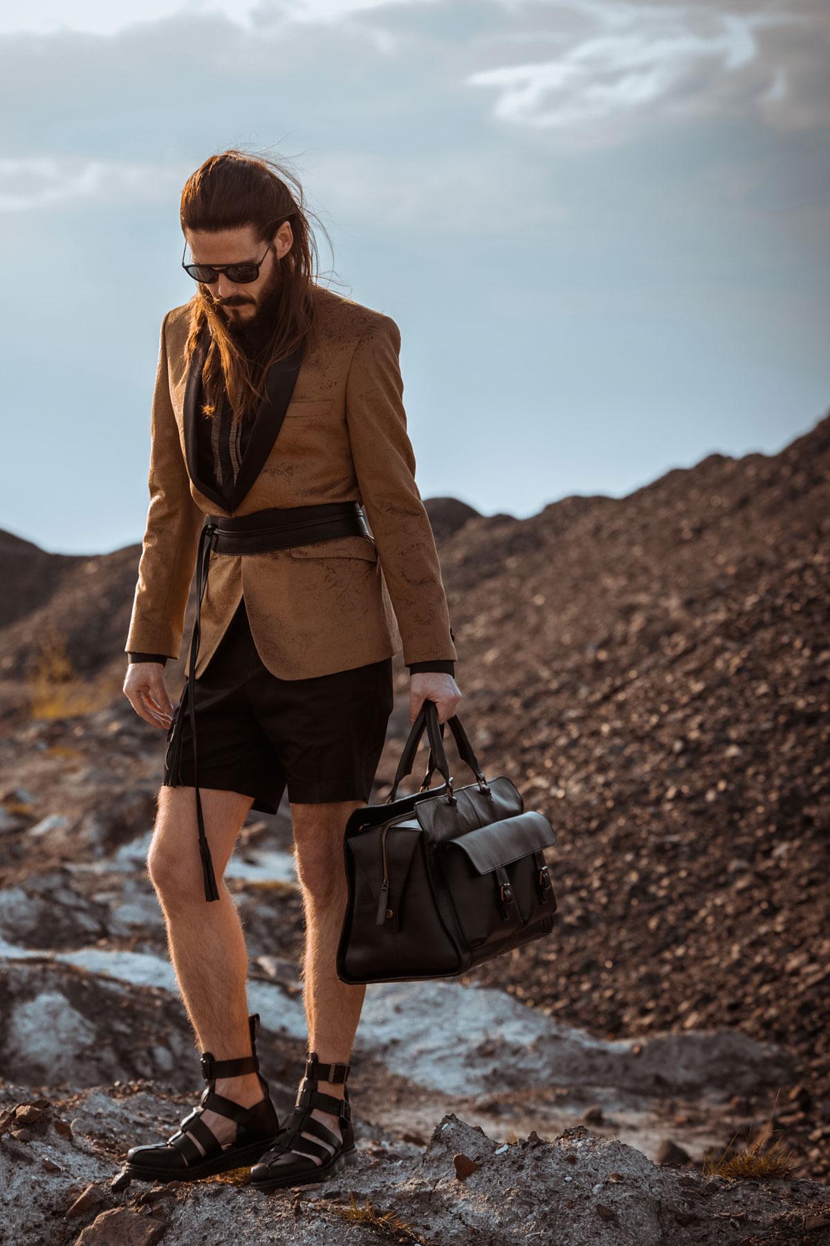 Maennermode-Blog-elegantes-Outfit-Taillenguertel-Sakko-Shorts-Boots-Malefashion