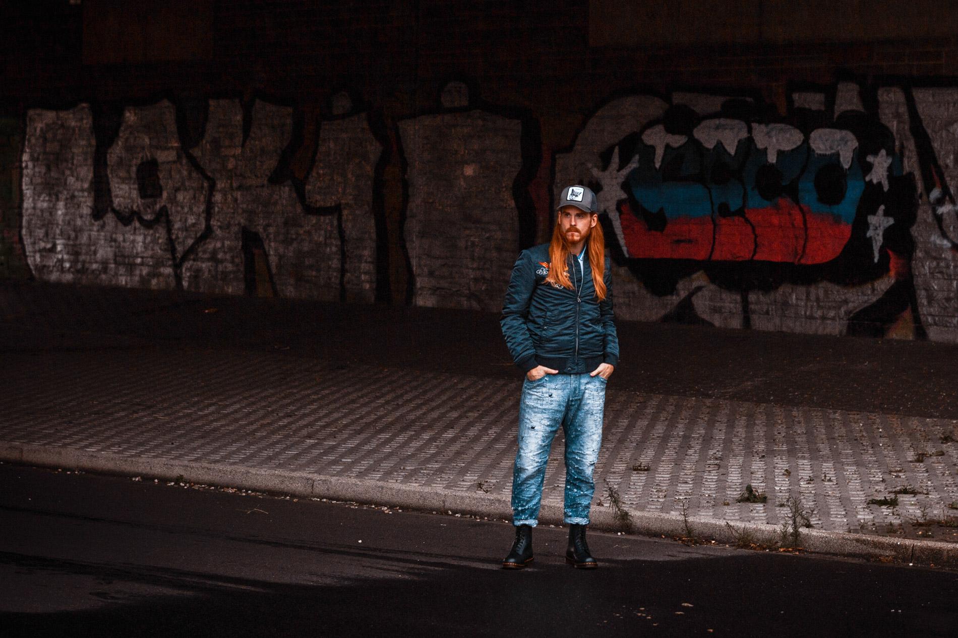 Kaisers-neue-Kleider-Malefashion-Herbstlook-Bomberjacke-Jeans-Dr-Martens-Boots-Trucker-Cap-Streetstyle
