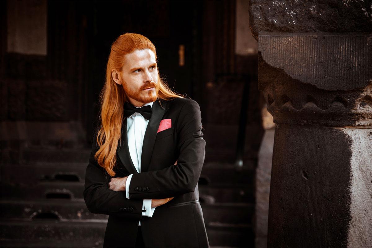 Eleganter-Smoking-Maennermode-Tuxedo-Fliege-Hemd-Style