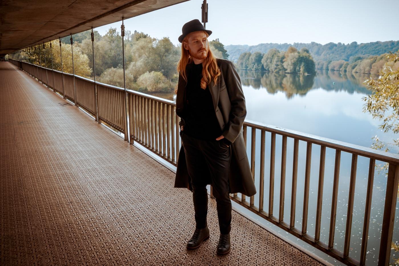 HUGO-Mantel-Herbstoutfit-Lederhose-Boots-Influencer-Malefashion-Blogger