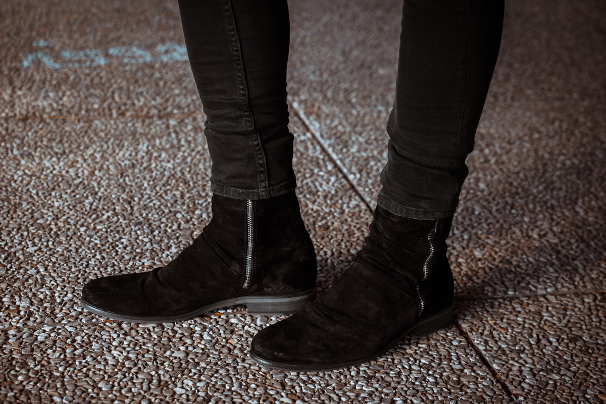 Streetstyle-Lederjacke-tigha-Boots-Spitzenhemd-Skinny-Herbstoutfit