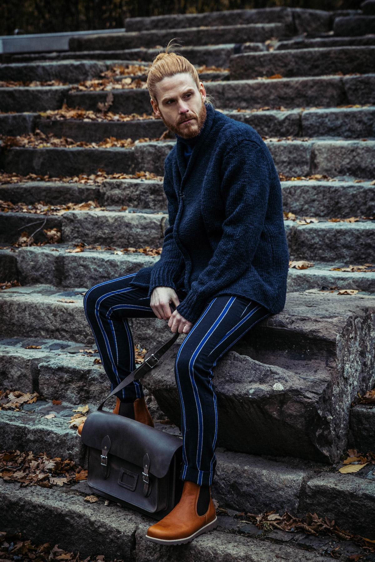 Maennermode-Influencer-Winterlook-Outfit-Strickjacek-Boots-Ledertasche