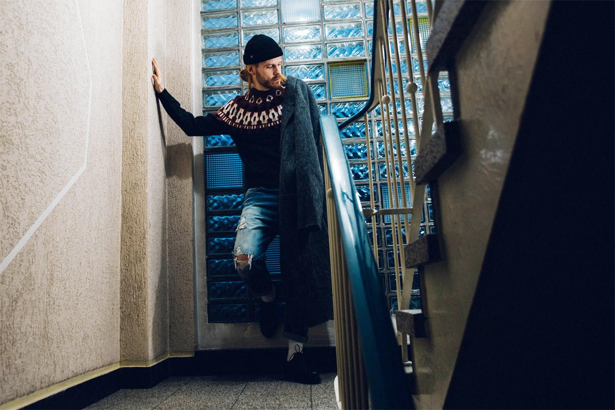Malefashion-Style-Winteroutfit-mit-Mantel-Pullover-Beanie-Streetlook