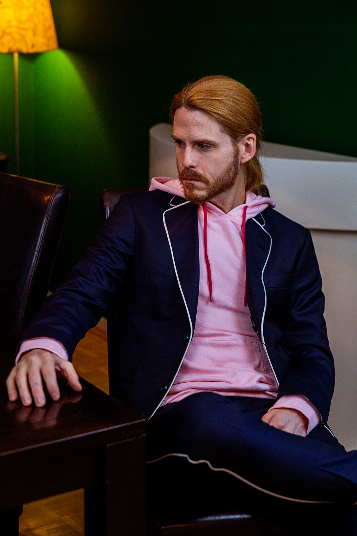 Tiger-of-Sweden-Anzug-Hoodie-Outfit-Malefashion-Kombination-Pink