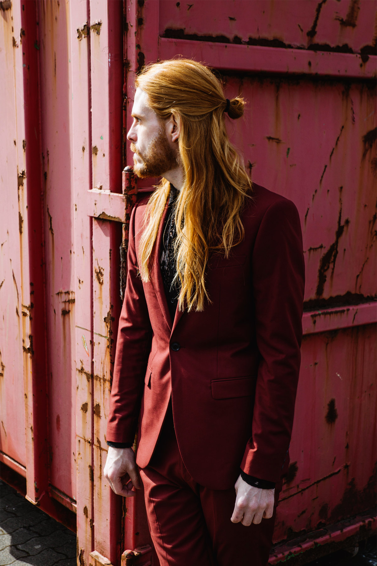 Roter-Anzug-mit-Spitzenhemd-Outfit-Kombination-Spring-Summer-Fashion