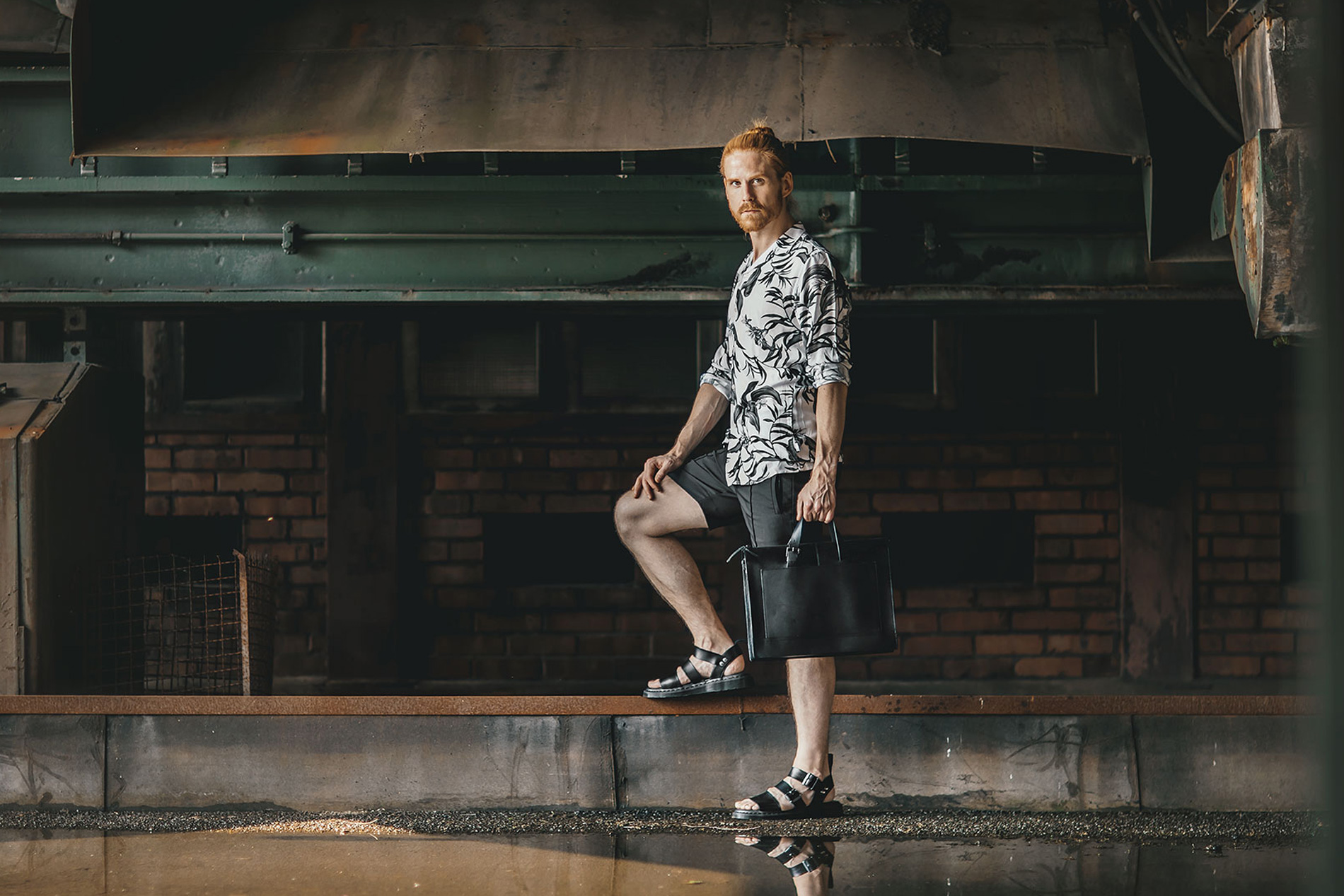 Laessiger-Sommerlook-Shorts-Hemd-DrMartens-Sandalen-Maik-Kaiser