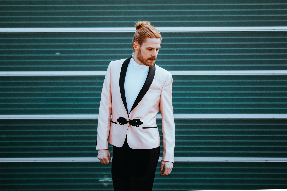 Rosa-Sakko-Fruehlingslook-Meggings-Kapow-Gayfashion-Gingerboy-Manbun-Malefashion