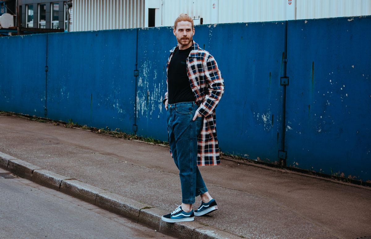 Trenchcoat-Karo-Sommerlook-Vans-Jeans-Style