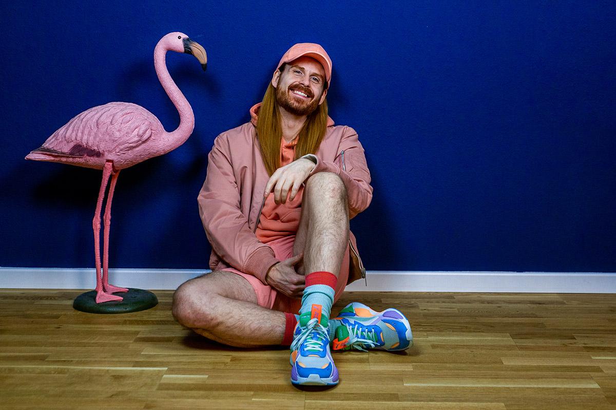 Maik-Kaiser-Malemodel-Sommerlook-Bomberjacke-Sneaker-Malefashion